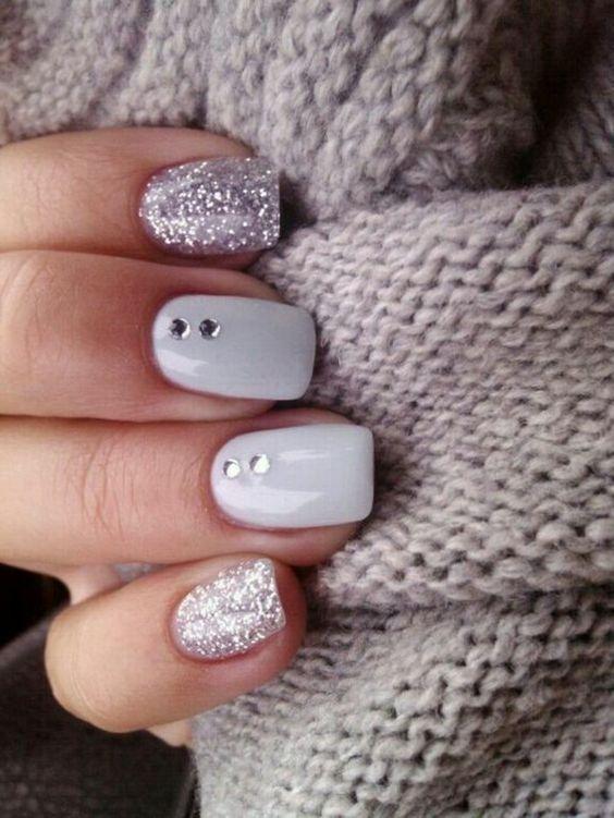 idée nail art beige et paillettes