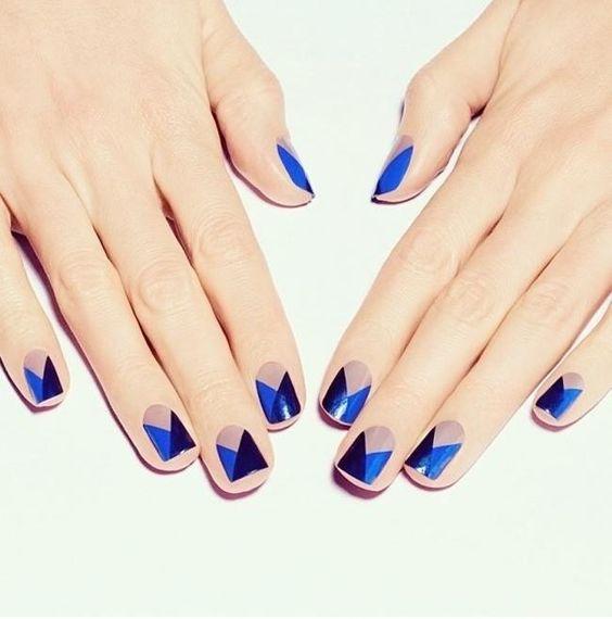 nail art graphique bleu et noir