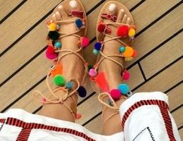 sandales à pompoms